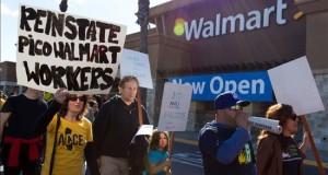 Walmart anuncia el cierre de 269 tiendas y 16.000 despidos en todo el mundo  Decenas de activistas y extrabajadores de Walmart se manifiestan frente a una tienda en Pico Rivera, California.