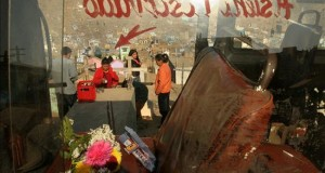 """Fumigan en Lima el segundo cementerio más grande del mundo para evitar el dengue Una familia frente a la tumba de un familiar en el cementerio """"Virgen de Lourdes"""" en el distrito limeño de Villa María del Triunfo, Perú."""