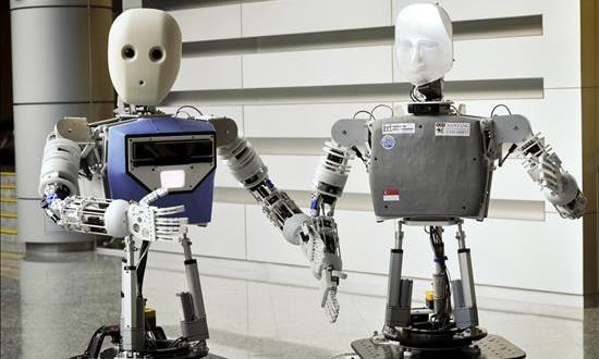 ¿Y si el androide C-3PO de la Guerra de las Galaxias fuera una mujer? Fotografía del 29 de diciembre de 2015 facilitada por la Universidad Tecnológica de Nanyang, en Singapur, de dos prototipos del robot EDGAR, diseñado por investigadores de dicha Universidad.