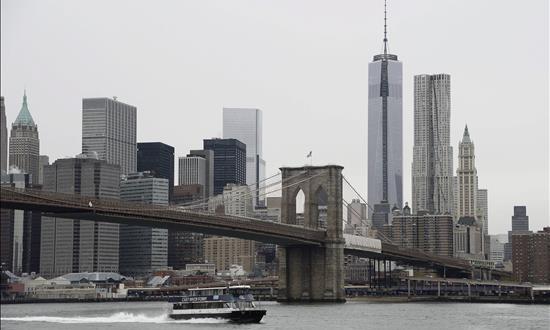 La ciudad de los rascacielos crece y cruza el río Imagen del puente de Brooklyn desde el que se ven los rascacielos de Manhattan, en Nueva York, Estados Unidos.