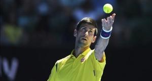 Dkjokovic reconoce que le ofrecieron 200.000 dólares por dejarse ganar en 2007 El serbio Novak Djokovic sirve la bola contra el surcoreano Hyeon Chung durante su partido de primera ronda del Abierto de Australia de tenis disputado en Melbourne (Australia), el 18 de enero de 2016.