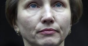 """Marina Litvinenko, """"satisfecha"""" de que la Justicia británica implique a Putin Marina Litvinenko (izq), viuda de Alexander Litvinenko, hace una declaración a las puertas del Tribunal Superior de Justicia de Londres (Reino Unido) acompañado por su abogado Ben Emmerson, hoy, 21 de enero de 2016."""