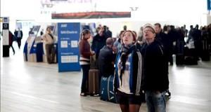 Una amenaza de bomba en un avión paraliza el segundo aeropuerto de Suecia Pasajeros esperan información sobre su vuelo en el aeropuerto de Landvetter, en Gotenburgo, Suecia.