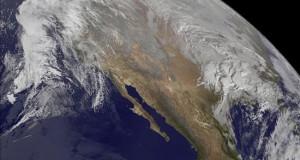 La tormenta se intensifica en el este de EE.UU. y amenaza a Nueva York Imagen de satélite facilitada por la NASA que muestra una tormenta de nieve sobre Estados Unidos. Una vasta zona del este de Estados Unidos se preparó ayer, con declaraciones de emergencia en varios estados, para una tormenta invernal que se anticipa intensa y larga, y que puede dejar nuevos récords de acumulación de nieve en Washington y su área metropolitana.