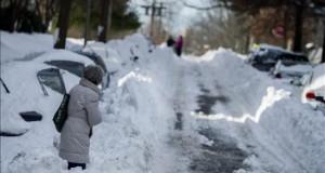 Washington se recupera de la tormenta entre guerras de nieve, palas y niños Una mujer camina entra la nieve por las calles de Washington tras la histórica tormenta.