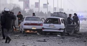 Al menos 10 policías muertos en un ataque en el sur de Afganistán Soldados inspeccionan el lugar donde fue perpetrado un atentado suicida cerca de la embajada de Rusia en Kabul, Afganistán, la semana pasada.
