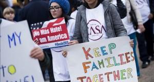 Varios arrestados en protesta de rechazo a redadas y deportaciones masivas Varios manifestantes fueron arrestados hoy durante una enérgica protesta realizada frente a la oficina del Servicio de Inmigración y Ciudadanía (USCIS) en Los Ángeles, en donde acudieron decenas de líderes y activistas proinmigrantes de la ciudad.