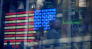 Facebook ganó 3.690 millones de dólares en el 2015, un 25 % más El logo de Facebook es visto en una pantalla en la sede de NASDAQ en el sector de Times Square en Nueva York (EE.UU.).