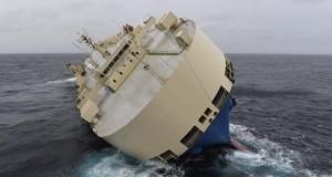 """Las condiciones no permiten subir al carguero a la deriva frente a Francia Fotografía facilitada por la Marina francesa que muestra al carguero panameño """"Modern Express"""" a la deriva a unos 280 kilómetros al oeste del puerto francés de La Rochelle en Francia."""