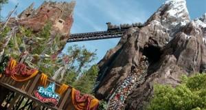 """Demandarán a Disney por anciana que murió tras ver a una serpiente morder a su nieto Vista de la atracción turística """"Expedición Everest"""" en el parque temático Animal Kingdom, de Disney World, en Florida."""