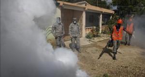 La OMS decide hoy si el brote de zika es una emergencia sanitaria internacional Miembros de la Fuerza Aérea Dominicana, FAD, participan en la fumigación y entrega de información, durante una jornada nacional preventiva en contra del virus del Zika, transmitido por el mosquito 'Aedes aegypti', ayer.