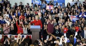 El equipo de Clinton declara vencedora a la candidata en Iowa La candidata presidencial de partido Democráta Hillary Clinton (c-i) habla junto a su esposo, el expresidente de EE.UU Bill Clinton (c), y su hija Chelsea Clinton (c-d) durante la noche del caucus del partido Demócrata en Olmsted Center de la universidad de Drake en Des Moines (EE.UU.).