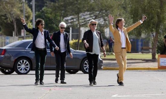 """Los Rolling Stones afirman que """"no pueden esperar para tocar en Lima"""" La banda británica The Rolling Stones de (i-d) Ron Wood, Charlie Watts, Keith Richards, Mick Jagger, llegan el 1 de febrero de 2016 al estadio Nacional, donde saludaron a sus seguidores que se encontraban en las afueras del recinto en Santiago de Chile (Chile)."""