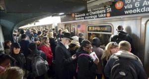 Nuevo acuchillamiento en metro de N.York mientras policía refuerza presencia Ciudadanos neoyorquinos esperan la llegada del vagón de metro en Brooklyin, Nueva York,