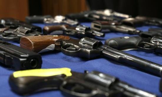 Avanza en Florida polémica ley que permite portar armas en las universidades Vista de armas confiscadas.