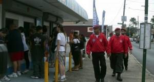 """Los """"Ángeles Guardianes"""" vuelven a patrullar el metro de Nueva York Miembros de los Angeles Guardianes, una organización voluntaria fundada hace 30 años en el barrio de El Bronx y que patrulla las calles en áreas con alta incidencia criminal, caminan patrullando las calles en Staten Island, Nueva York en 2010."""