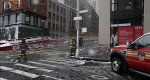 Un muerto y tres heridos al desplomarse una grúa en Nueva York Varios bomberos observan el lugar donde ha caído una grúa colocada a una altura de veinte pisos en el barrio de Tribeca, en la parte sur de la isla de Manhattan, Nueva York, Estados Unidos hoy 5 de febrero de 2016. En el accidente han fallecido una personas y otras tres resultaron heridas.
