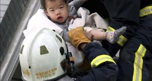 """Li Keqiang envía sus """"profundas condolencias"""" por el terremoto de Taiwán Los bomberos rescatan a un bebé de los restos de un edificio derrumbado por el terremoto en Taiwán."""