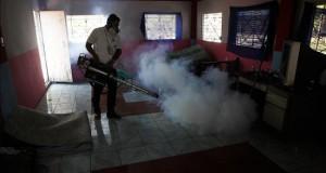 Amenaza del zika reabre discusión sobre aborto terapéutico en El Salvador Un empleado del Ministerio de Salud fumiga el interior de una casa el 21 de enero de 2016, en la ciudad de Soyapango, 6 kilómetros al este de San Salvador. EFE