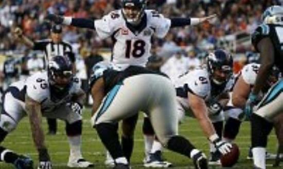 24-10. Peyton Manning lideró a los Broncos a su tercer título de Super Bowl Los Broncos consiguieron el tercer título después de ganarlo en 1998 y 1999 bajo el liderazgo del pasador estelar John Elway, que al ganar el segundo y concluir el partido anunció su retirada de la competición activa.