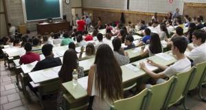 Perú, Colombia, Brasil y Argentina, a la cabeza en bajo rendimiento escolar Unos estudiantes esperando a hacer un examen.