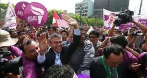 Ascenso de Guzmán en el día de cierre de las inscripciones para el Congreso en Perú El candidato presidencial del partido Todos por el Perú, Julio Guzmán (c), tras una audiencia hoy, miércoles 10 de febrero de 2016, en Lima (Perú).