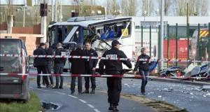 Seis adolescentes mueren en Francia en un accidente de un autobús escolar Investigadores de la policía trabajan junto a los restos de un autobús escolar tras un accidente en Rochefort, cerca de La Rochelle, suroeste de Francia.