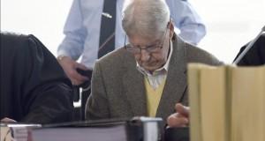 Abierto en Alemania el juicio contra un exguardia de Auschwitz de 94 años El acusado Reinhold H. (c), comparece hoy ante el tribunal de distrito de Detmold (Alemania).