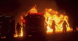Detienen dueño de casa en Detroit donde vivían mexicanos muertos en incendio Bomberos trabajan en la extinción de un incendio.