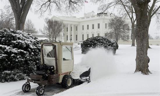 Tormenta invernal deja nieve, hielo y vuelos cancelados en costa este de EEUU Una tormenta invernal afectaba a buena parte de la costa este de EE.UU., con acumulaciones de nieve y hielo previstas para las próximas horas, y más de 1.500 cancelaciones de vuelos en la jornada de hoy, festiva en el país