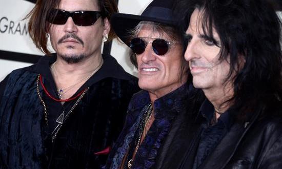 Comienza en Los Ángeles la 58 edición de los Grammy Desde la izquierda, Johnny Depp, Joe Perry y Alice Cooper posan a su llegada para la ceremonia de entrega de los 58 premios Grammy hoy, lunes 15 de febrero de 2016, en el Staples Center de Los Ángeles, California (EE.UU.).