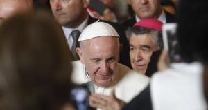 Los inmigrantes piden al papa en la valla fronteriza que hable de migración El papa Francisco saluda a feligreses durante una visita hoy, lunes 15 de febrero de 2016, a la Catedral de San Cristóbal de las Casas, en el estado de Chiapas (México).