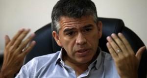 Guzmán dice que está en juego el regreso de Perú al fujimorismo y la dictadura El candidato presidencial peruano Julio Guzmán habla durante una entrevista con Efe este 17 de febrero de 2016, en Lima (Perú).