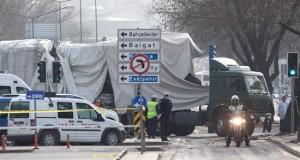 Un nuevo atentado contra un convoy militar en el sureste de Turquía deja siete muertos Policías hacen guardia mientras trabajadores retiran los restos del autobús militar atacado ayer en Ankara por un terrorista suicida.