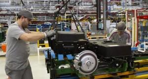 La OCDE avisa de una nueva ralentización mundial y pide medidas urgentes Dos operarios colocan baterías de la furgoneta eléctrica Citroën Berlingo.