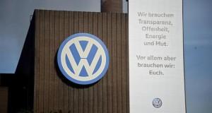 """La Fiscalía surcoreana registra la sede de Volkswagen por el caso """"dieselgate"""" Logotipo de Volkswagen en la fábrica de Volkswagen en Wolfsburgo (Alemania)."""