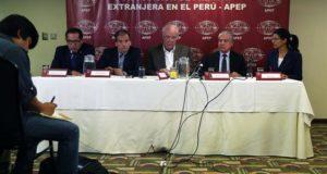 Los congresistas peruanos Alberto Quintanilla (i), Wilbert Rozas (2i), Víctor Andrés García Belaúnde (c) y César Villanueva (2d) y la presidenta de la Asociación de Prensa Extranjera (APEP), Jacqueline Fowks (d), fueron registrados este lunes, durante una rueda de prensa para exponer sus posiciones sobre el pedido de destitución del presidente,Pedro Pablo Kuczynski, en Lima (Perú). EFE