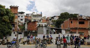 Habitantes del barrio 5 de julio hacen fila para comprar gas en Caracas (Venezuela). EFE