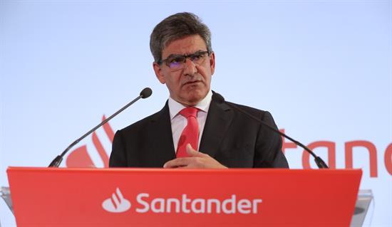 """El Banco Santander obtuvo un beneficio neto atribuido de 7.810 millones de euros en 2018, el 18 % más que un año antes, según ha informado este miércoles la entidad española a la Comisión Nacional del Mercado de Valores (CNMV). En una nota, la presidenta del Banco Santander, Ana Botín, ha destacado que 2018 """"ha sido un año excelente para el Grupo"""", al completarse """"con éxito"""" su plan estratégico a tres años (2016-2018), y que para lograrlo ha sido """"clave"""" el foco en ganarse la confianza de los clientes y en la transformación digital. """"Gracias a ello, continuamos como uno de los bancos más rentables y eficientes del mundo entre nuestros competidores"""", ha dicho Botín, para quien la prioridad de la entidad de aumentar la vinculación de clientes ha sido """"fundamental"""".Durante 2018, creció en 2,6 millones los clientes vinculados -aquellos que consideran a Santander su entidad principal- mientras que los digitales aumentaron en 6,6 millones, hasta situarse en 32 millones, según el Santander, que ha explicado que casi un tercio de las ventas totales se realizan actualmente a través de canales digitales.Botín también ha destacado que Latinoamérica sigue siendo un motor importante de crecimiento del Grupo, con buen progreso especialmente en Brasil y México, mientras que en España, la integración de Popular avanza """"más rápido de lo previsto"""". Según los resultados, en 2018, Europa contribuyó un 52 % al resultado del Grupo y América, un 48 %. Brasil fue el país que más aportó a los resultados, con un 26 % del beneficio ordinario, seguido de España, con un 17 %, y el Reino Unido y Santander Consumer Finance (SCF), con un 13 % en ambos casos. En Brasil, el beneficio atribuido aumentó un 2 %, hasta 2.605 millones de euros; mientras que en España ganó 1.458 millones, un 28 % más. En Reino Unido, el beneficio atribuido cayó un 9 %, hasta 1.362 millones de euros, mientras que el de Santander Consumer Finance se incrementó hasta los 1.296 millones de euros. En México, el beneficio aumen"""