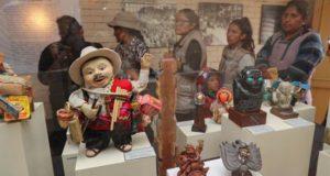 Ciudadanos bolivianos recorren el museo de la deidad andina del Ekeko este miércoles en La Paz (Bolivia). EFE