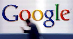 Un hombre pasa delante de un logo de Google. EFE/Archivo