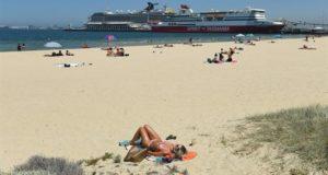Australianos toman sol en la playa del puerto de Melbourne, Australia, a pesar de la ola de calor extrema que azotó el estado de Victoria y que ha causó el corte del suministro eléctrico en unas 170.000 viviendas, en Melbourne, Australia. EFE