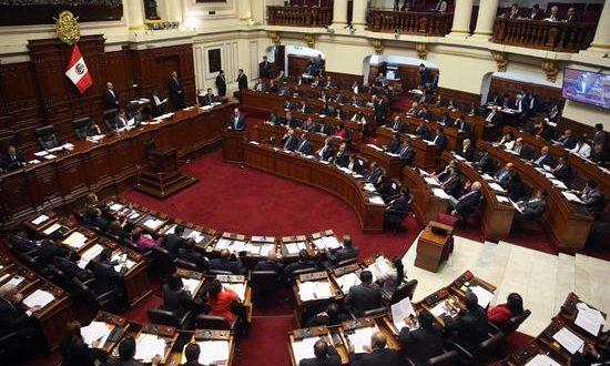 El Congreso peruano, donde solo 39 de sus 130 congresistas son mujeres, aprobó en la noche del viernes la ley orgánica que debe poner en marcha la Junta Nacional de Justicia, tras un largo debate donde uno de los puntos más conflictivos fue la paridad de género. EFE/Archivo