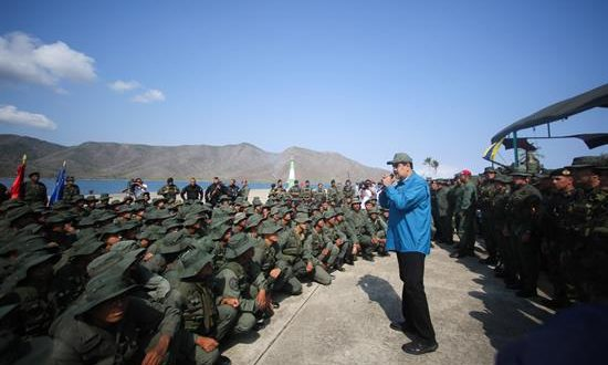 Fotografía cedida este domingo por prensa de Miraflores en la que se registró al presidente de Venezuela, Nicolás Maduro, al pedirle lealtad a un grupo de militares, en Turiamo (Venezuela). EFE