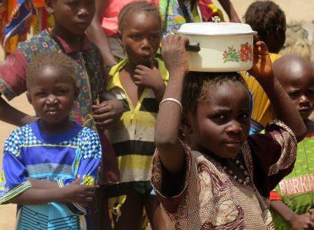 Varios niños del pueblo de Zandieguela, en Mali, país en el que la desnutrición infantil en varias regiones está muy extendida. EFE/Archivo