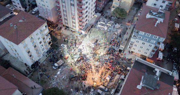 Varios efectivos de los equipos de rescate trabajan entre los escombros de un edificio derrumbado, este miércoles en Estambul (Turquía). Un edificio habitado de ocho pisos se derrumbó en el barrio de Kartal, causando la muerte de al menos una persona y sepultando bajo los escombros al menos a otras cuatro, informó la emisora turca NTV EFE