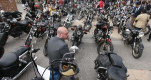 La Municipalidad de Miraflores, uno de los distritos más opulentos de la capital peruana, anunció este martes que evalúa restringir la circulación de motos con dos pasajeros después de que en los días precedentes ocurriesen dos asaltos en el centro del distrito por parte de ladrones que se trasladaban en moto. EFE/Archivo