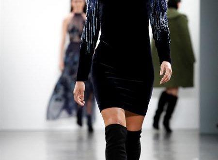 La modelo Sailor Lee Brinkley-Cook, hija de la exmodelo estadounidense Christie Brinkley, presenta una creación de Elie Tahari durante la Semana de la Moda de Nueva York, este jueves en Nueva York (EE. UU.). EFE