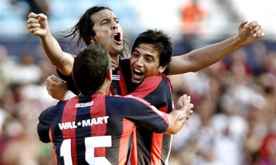 Santiago Solari (c), de San Lorenzo, celebra con sus compañeros un gol. EFE/Archivo
