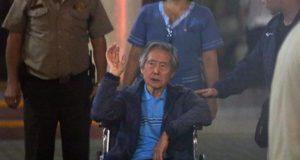 Fotografía de archivo fechada el 4 de enero de 2018 que muestra al expresidente peruano Alberto Fujimori (c) a su salida de la clínica Centenario de Lima (Perú). EFE/Archivo